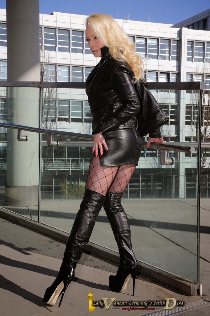 http://www.overknee-stiefel.net/sexy-schlanke-hohe-high-heel-overknee-stiefel-arollo/AROLLO-extrem-plateau-extrem-sexy-high-heel-overknee-stiefel-schwarz-16-5cm-absatzhoehe.html
